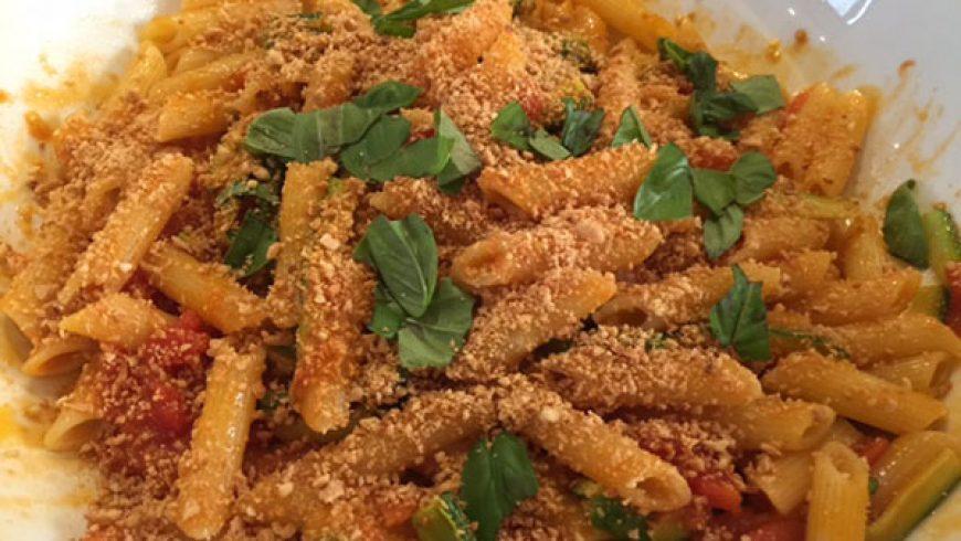 Rigatoni con Pomodori Rossi, Zucchine e Mandorle Tostate